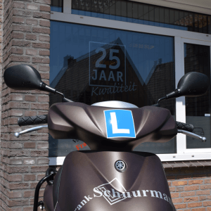 Brommerrijles krijg je op een scooter als deze. Haal jij bij ons straks jouw brommerrijbewijs?
